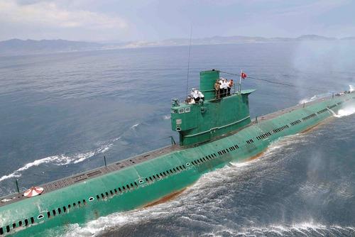 رهبر کره شمالی در بازدید از یک زیر دریایی این کشور
