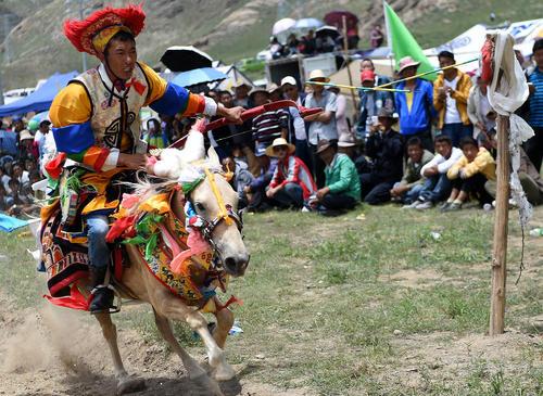 مسابقات اسب سواری در جریان جشنواره ای در لهاسا تبت