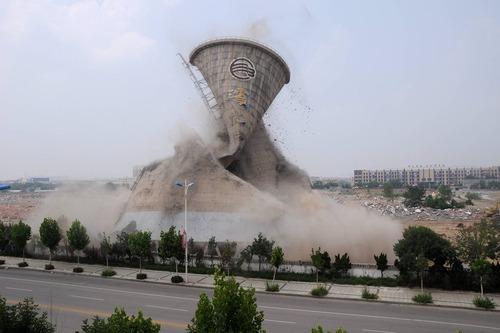 تخریب برج خنک کننده یک نیروگاه هسته ای در بینژو چین