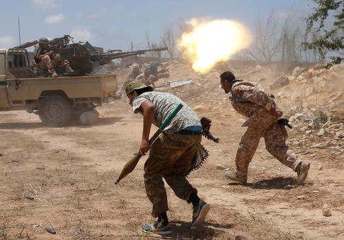 نبرد نیروهای دولت مورد حمایت جامعه جهانی در لیبی با شبه نظامیان داعش در حومه شهر سرت