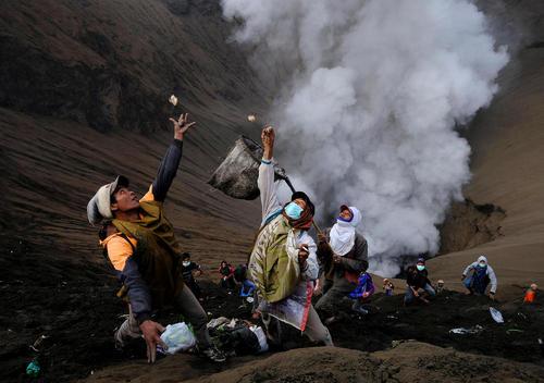 و اینها افرادی هستند که در شیب کوه می ایستند و این نذورات را جمع می کنند