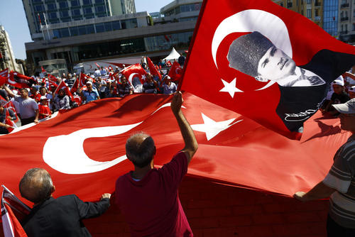 تظاهرات و گردهمایی حامیان حزب اپوزیسیون جمهوریخواه خلق ترکیه در میدان تقسیم استانبول در محکومیت کودتای اخیر . تظاهرات کنندگان در حمایت از ارزش های سکولار جامعه ترکیه شعار سر داده و