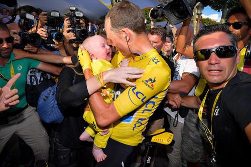 کریس فروم فاتح بریتانیایی مسابقات تور دوفرانس پس از قهرمانی فرزندش را در آغوش گرفته است – پاریس