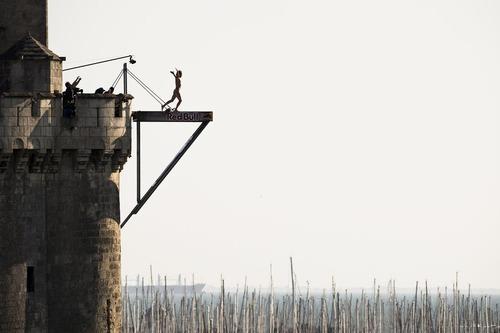 مسابقات پرش رد بول از سکوی 27 متری عمارت برج سنت نیکولاس در فرانسه