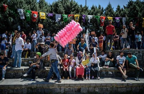 گردهمایی فعالان کرد ترکیه در محله غازی استانبول در محکومیت کودتا و اعلام وضعیت اضطراری در این کشور