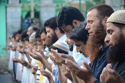 نماز بر پیکر یکی از فرماندهان شبه نظامی کشمیری – کشمیر