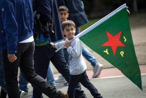 کردهای ساکن شهر بیلفلد آلمان در تظاهرات علیه نسل کشی ایزدیان از سوی داعش در منطقه سنجر در روز جهانی این حادثه