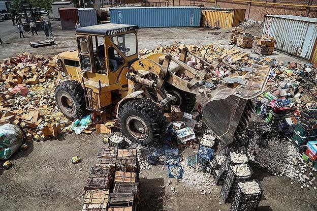 امحای ۱۵میلیارد تومان کالای قاچاق در میان شعلههای آتش + عکس