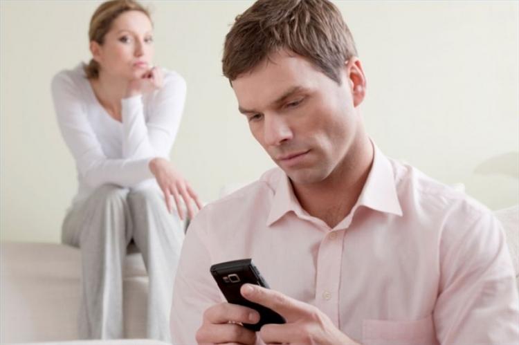 مشکوک شدن به همسر و  چک کردن گوشی از نظر حقوقی