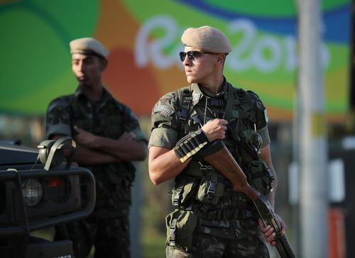 استقرار نیروهای امنیتی برزیلی در دروازه ورودی دهکده المپیک ریو در آستانه آغاز بازی های المپیک 2016 ریودوژانیرو