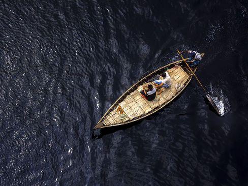 قایق سواری در رود بوریگانگا در داکا بنگلادش