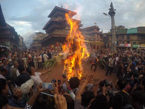 آتش زدن نماد یک دیو افسانه ای در جریان یک جشنواره آیینی در شهر باختاپور نپال