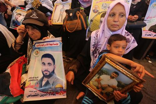خانواده های فلسطینی با تجمع در ساختمان صلیب سرخ در غزه خواستار آزادی اعضای خانواده هایشان از زندان های اسراییل شدند