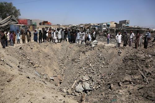 حفره ایجاد شده در اثر حمله کامیون بمبگذاری شده طالبان به یک هتل مسافران خارجی در کابل