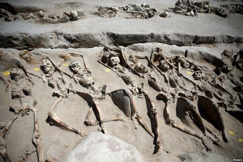 کشف یک گور دسته جمعی با اسکلت هایی غل و زنجیر به دست در گورستان باستانی در آتن یونان