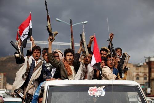 مانور حامیان حوثی ها و نیروهای وفادار به علی عبدالله صالح رییس جمهور معزول یمن در شهر صنعا