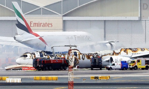 بقایای یک هواپیمای مسافربری آتش گرفته خطوط هواپیمایی امارات در فرودگاه دوبی