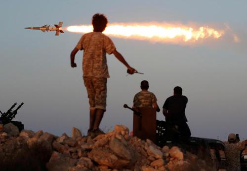 شلیک موشک از سوی نیروهای دولت موقت لیبی بر ضد مواضع داعش در شهر سرت