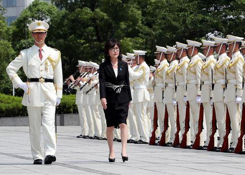 استقبال رسمی از خانم وزیر دفاع جدید ژاپن در نخستین روز کاری در ساختمان مرکزی وزارت دفاع در توکیو