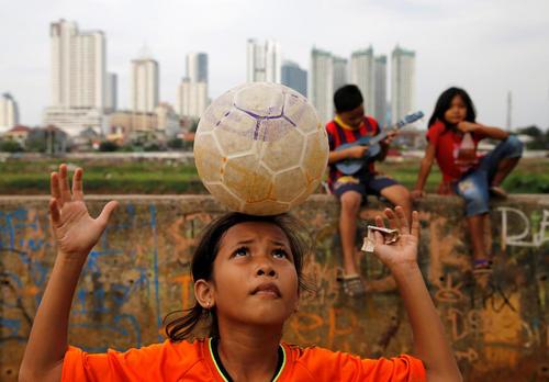 بازی فوتبال یک دختر بچه اندونزیایی – جاکارتا