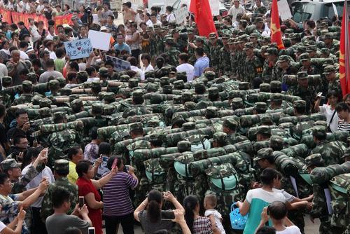 خداحافظی مردم یک روستای سیلزده در چین از سربازانی که برای کمک به آنها به منطقه اعزام شده بودند
