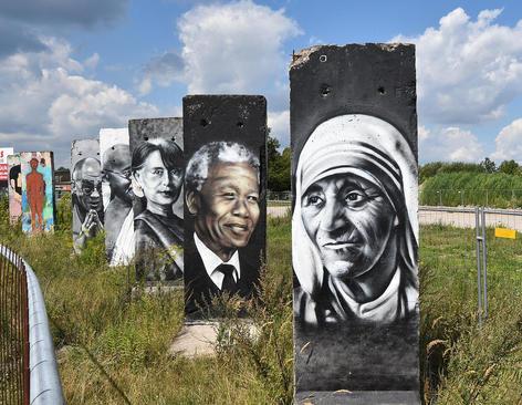 نقاشی چهره های معروف جهانی روی بقایای دیوار برلین – آلمان