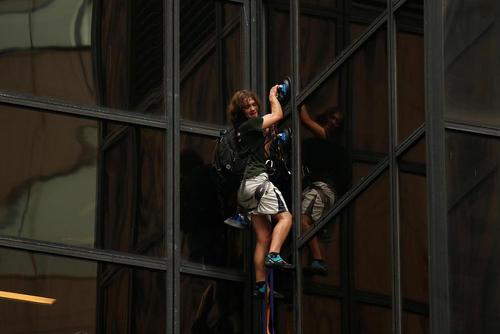 یک جوان ماجراجوی آمریکایی از برج 58 طبقه ترامپ در خیابان پنجم منهتن نیویورک بالا رفت. این جوان 20 ساله از طبقه پنجم شروع کرد و در طبقه 21 ساختمان از طرف پلیس نیویورک دستگیر شد. ترامپ در صفحه توییتر خود از اقدام پلیس در نجات جان این جوان قدردانی کرد