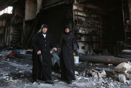 عبور از ویرانه های شهر حلب سوریه
