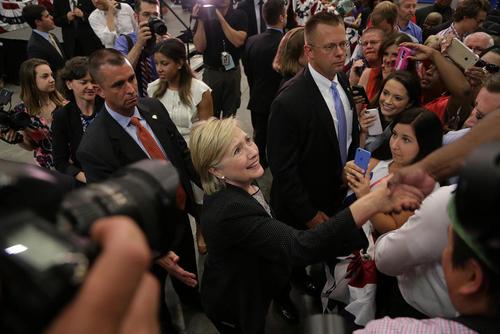 هیلاری کلینتون نامزد دموکرات انتخابات ریاست جمهوری آمریکا در جمع حامیانش در شهر وارن ایالت میشیگان