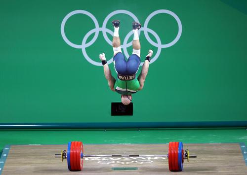 ابراز شادمانی وزنه بردار لیتوانیایی از کسب مدال برنز وزن 94 کیلوگرم . مدال طلای این وزن به سهراب مرادی از ایران رسید