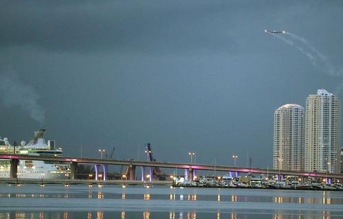 یک هواپیما در حال سم پاشی برای از بین بردن پشه های ناقل ویروس زیکا – شهر میامی ایالت فلوریدا آمریکا