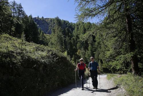 خانم ترزا می نخست وزیر بریتانیا به همراه همسرش در حال راه پیمایی در جنگل های منطقه کوهستانی آلپ در سوییس . او برای تعطیلات دو هفته ای تابستانی به سوییس رفته است