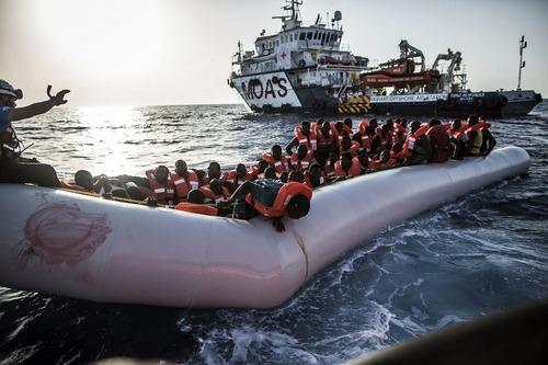 نجات پناهجویان آفریقایی تبار در سواحل لیبی