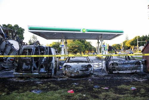 آتش زدن خودروها در جریان اعتراض ها در شهر میلواکی ایالت ویسکانسین آمریکا به قتل یک جوان 23 ساله سیاه پوست به دست پلیس