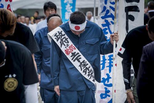 ادای احترام به قربانیان جنگ در معبد یاسوکونی در توکیو در هفتادویکمین سالگرد تسلیم ژاپن در جنگ دوم جهانی