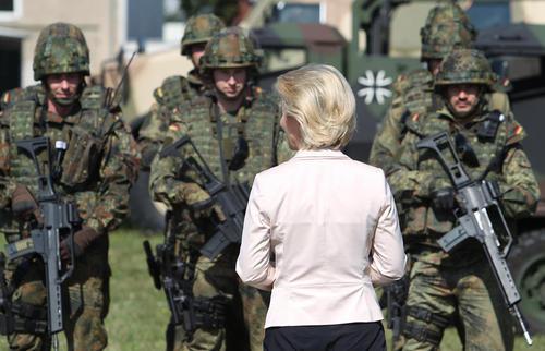 بازدید وزیر دفاع آلمان از نیروهای نظامی این کشور