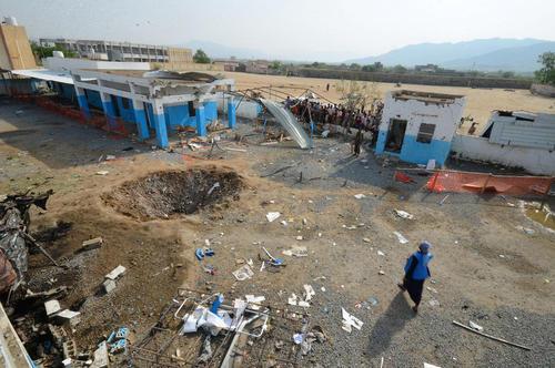 گودال و خسارت های ناشی از حمله هوایی هواپیماهای عربستان به حیاط یک بیمارستان در یمن