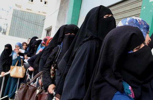 کارمندان دولتی در غزه در صف دریافت حقوق ماهانه