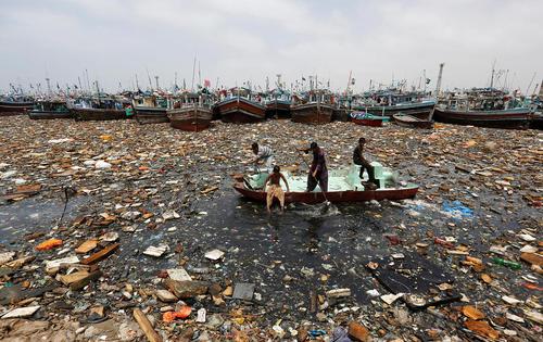پاکسازی ساحل به شدت آلوده شهر کراچی پاکستان