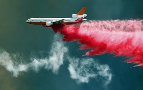 تلاش برای خاموش کردن آتش سوزی گسترده موسمی در کالیفرنیا آمریکا