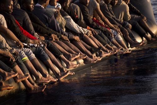 پناهجویان آفریقایی تبار سوار بر قایق و در حال عزیمت به جزایر اروپایی مدیترانه – ساحل صبراته در لیبی