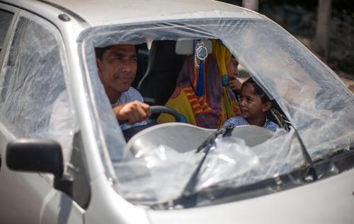 نایلون به جای شیشه های شکسته شده خودرو – سرینگر کشمیر