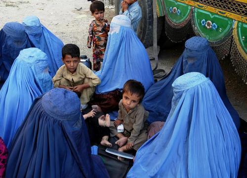 پناهجویان افغان بازگشته از پاکستان در انتظار اعضای کمیساریای عالی پناهجویان سازمان ملل در کابل