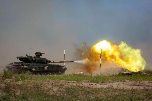 تانک تی 62 ارتش اوکراین در حال شلیک در جریان یک رزمایش نظامی در منطقه خارکوف