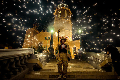 آتش بازی در جشنواره ای سالانه در کاتالانیا اسپانیا