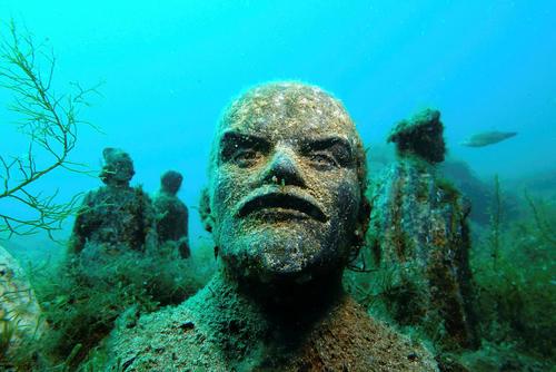 مجسمه نیم تنه ولادیمیر لنین بنیانگذار اتحاد جماهیر شوروی در یک موزه زیر آب در شبه جزیره کریمه