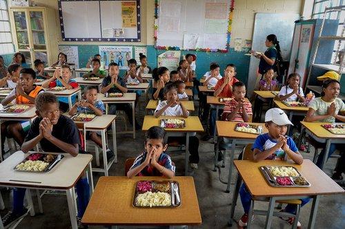 توزیع غذا در مدارس ونزوئلا در پی بحران اقتصادی شدید در این کشور