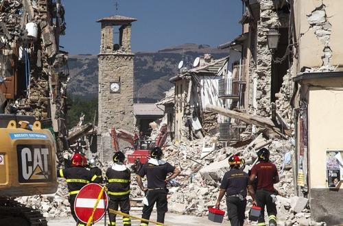 آغاز عملیات آوار برداری در مناطق زلزله زده ایتالیا