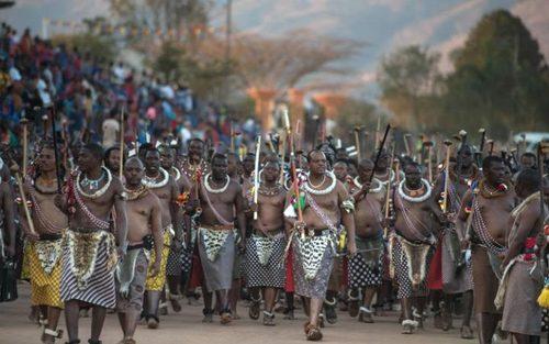 ماسواتی سوم پادشاه سوازیلند در کاخ لودزیدزینی در شهر لوبامبا در آیین سالانه رقص های سنتی