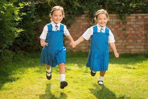 به مدرسه رفتن دوقلوهای به هم چسبیده انگلیسی که 4 سال پیش با عمل جراحی چسبیدگی آنها از ناحیه روده و شکم برطرف شد – لندن